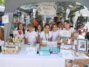 Alumnos 4º primaria del CEIP Vil.la Romana de Catarroja vendiendo en la VI Trobada de Escuela de Emprendedores Sostenibles