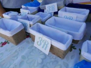 cajas de cartón recicladas y decoradas con tela y cuerda